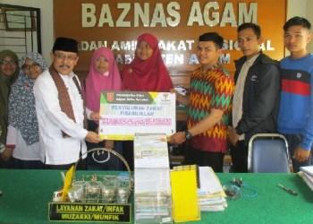 Ketua Baznas Agam Isman Imran saat penyerahan secara simbolis kepada mahasiswa binaan, Jumat kemarin. (fajar)