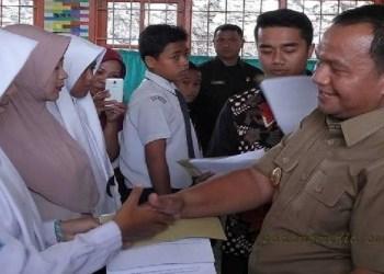 Wako Sawahlunto Ali Yusuf menyerahkan beasiswa PIP kepada mahasiswa Kota Sawahlunto. (tumpak)