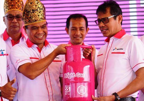 Gubernur Sumbar Irwan Prayitno dan GM Pertamina MOR I Eldi saat peluncuran dan penjualan perdana elpiji Bright Gas 5,5kg di Padang, Sabtu (25/3). (ist)