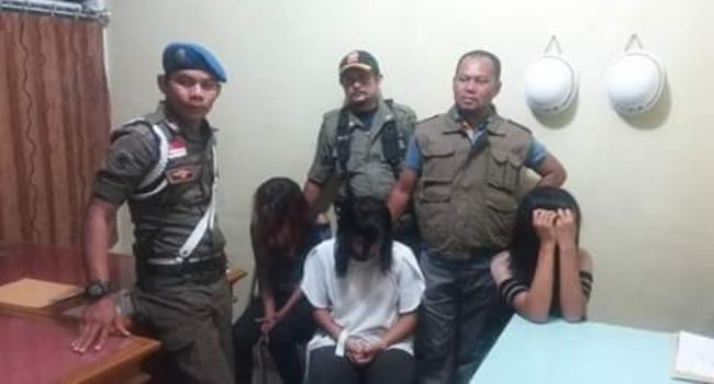 Petugas Satpol PP Kabupaten Pesisir Selatan mengamankan tiga perempuan belasan tahun dari sebuah kedai yang beroperasi sebagai kafe dan tempat karaoke di kawasan Pantai Batukalang, Tarusan, Minggu (26/3) dinihari. (fahmi)