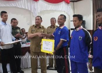 Pemkab Mentawai menyerahkan bonus bagi atlet berprestasi. (ers)