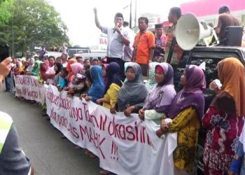 Ratusan warga dari empat kelurahan di Kecamatan Koto Tangah, Padang mendemo BPN Kota Padang menuntut pembukaan blokir sertifikat tanah, Selasa (14/3). (dio)