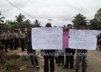 Massa mendemo kantor Panwaslih Mentawai. (ers)