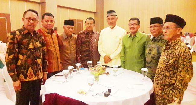 Walikota Padang menghadiri Mubes Keluarga Pangkalan. (der)