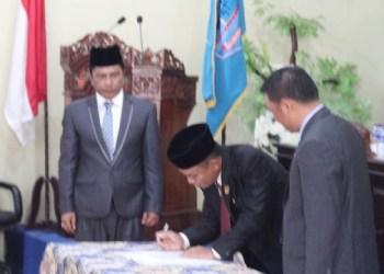 Penetapan bupati Mentawai terpilih oleh DPRD Kab.Kepulauan Mentawai lewat sidang paripurna istimewa, jumat (17/3). (ers)