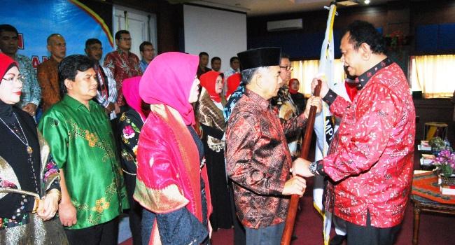 Ketua DPRD Sumbar serahkan pataka MPPPS kepada Ketua Umum DPP MPPPS terpilih Chairil Anwar dalam pengukuhan pengurus DPP MPPPS periode 2017-2022, Sabtu (22/4). (feb)