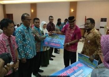 Wako Mahyeldi serahkan dana operasional RT/RW di Kecamatan Lubuak Bagaluang.(der)