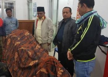 Ketua DPRD Kab.Tanah Datar bersama Sekdakab Tanah Datar melayat korban mobil Damkar yang masuk jurang. (foto; humas)