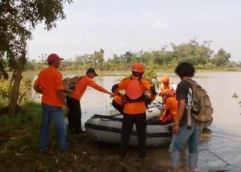 Tim SAR Gabungan terus berupaya mencaari satu korban perahu tenggelam yang masih hilang di Sungai perbatasan Gresik-Sidoarjo, Jawa Timur, Jumat (14/4).(sutopo PN)