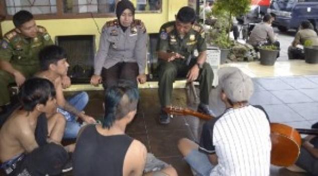 Razia gepeng oleh Satpol PP Kota Padangpanjang. (foto: humas)