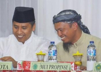 Walikota Padangpanjang Hendri Arnis berasma Komisi Fatwa MUI Sumbar, Buya Zulhamdi, Lc. MA saat pembukaan Mudzakarah Ulama, Jumat (17/2) malam. (foto: humas)
