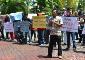 Ratusan wrga Kapalo Hilalang, Padang Pariaman unjukrasa di gedung DPRD Sumatera Barat, Senin (8/5) menuntut lahan lokasi pembangunan gedung PNP dan ISI Padangpanjang. (febry)