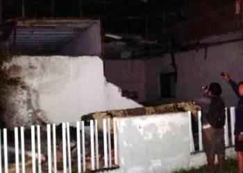Sebuah bangunan yang rubuh di Poso setelah diguncang gempa berkekuatan 6,6 SR,Senin (29/5) pukul 21.35 Wib. (Sutopo PN)
