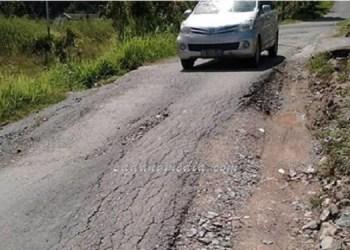 Jalan rusak depan Samsat Sawahlunto. (tumpak)
