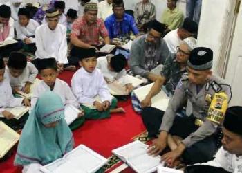 Petugas Babinkamtibmas Polsek Tanjung Emas, Tanahdatar mendapat tugas menjadi guru mengaji di musala dan masjid. (di0)