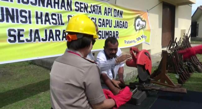 Wakapolda Sumbar Kombes Polisi Nur Afiah memusnahkan senpi ilegal di halaman gudang senjata Polda Sumbar, Selasa (9/5). (dio)