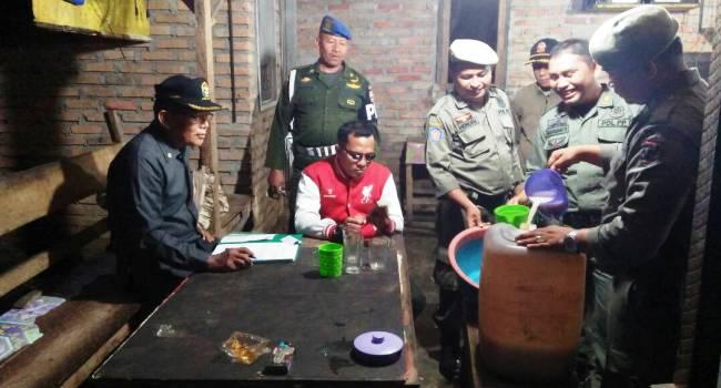 Petugas Penegak Perda Kabupaten Agam berhasil mengamankan dua unit mesin jackpot dan 10 liter tuak dalam operasi Selasa  (20/6). (fajar)