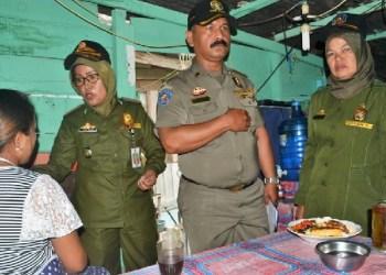 Satpol PP Padangpanjang merazia warung kelambu. (foto: humas)