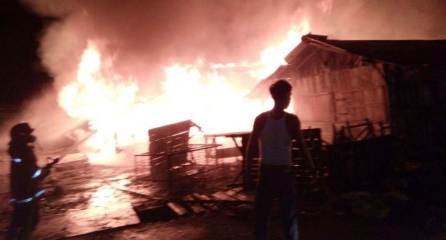 Peristiwa kebakaran di Pasar Inpres Padang Baru Lubuk Basung, Jumat (30/6) malam menghanguskan delapan petak kios. (fajar)