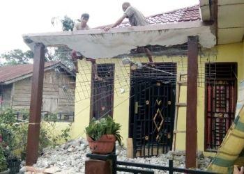 Kondisi salah satu rumah warga yang rusak akibat gempa 5,5 SR yang mengguncang wilayah Padang Sidempuan, Jumat (14/7). (Sutopo PN)
