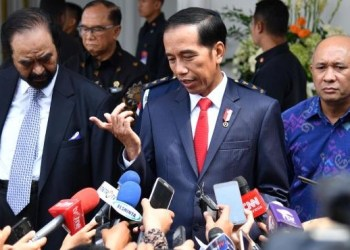 Presiden Jokowi menjawab pertanyaan wartawan seusai memberikan kuliah umum pada pendidikan Akademi Bela Negara Partai Nasdem di Jakarta, Minggu (16/7). (foto: humas)
