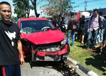 Mobil Honda CRV menabrak pohon pelindung di kawasan Tabing, Padang. (ist)