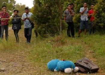 Sebuah tas yang berisi mayat bayi perempuan serta sebuah boneka di Panorama Teknik Unand, Rabu (26/7/2017) sore. (foto: gentaandalas.com)