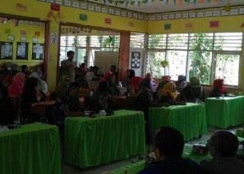 Walimurid SDN  Sapan menyampaikan aspirasi mereka terkait penolakan regrouping sekolah. (tumpak)