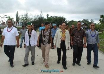 Akbar Tanjung bersama sejumlah aktifis Kahmi di Mentawai. (ers)