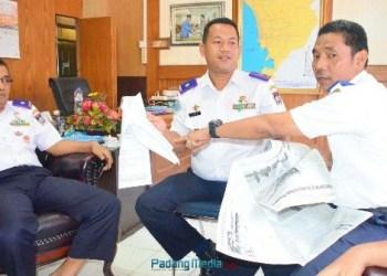 FOTO: Kepala Dishub Padang Dedi Henidal didampingi Sekretaris dan salah seorang Kabid. (der)