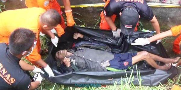 Sesosok mayat laki-laki tua ditemukan di dalam selokan di pinggir jalan By Pass di daerah Tanjung Aur, Koto Tangah, Padang, Senin (25/9) sore. (dio)