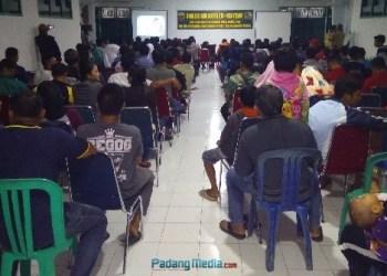 Nobar film pengkhianatan G30S/PKI di Makodim Mentawai. (ers)