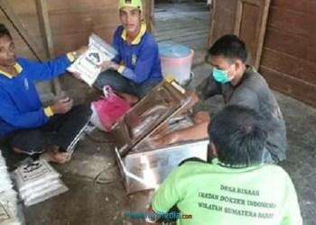 Mahasiswa AKN Mentawai mengolah tepung dari sejumlah bahan baku. (ers)