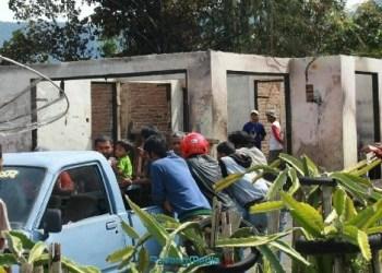 Kebakaran menyisakan bangunan tembok rumah warga di Jorong Ladang Tibarau, Nagari Koto Tangah, Kec. Tilatang Kamang, Kab. Agam, Kamis (26/10) (fajar)