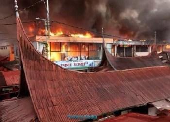 Kebakaran di Pasa Ateh Bukittinggi, Senin (30/10) pagi. (ist)