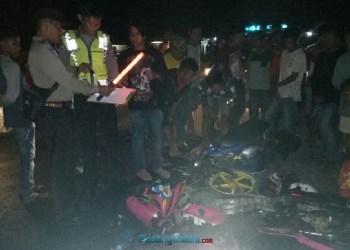 Petugas kepolisian Agam bersama warga usai kecelakaan maut di Gasan, Kab.Agam, Kamis (19/10) malam. (fajar)