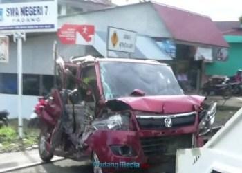 Mobil Kepala SMAN 7 Padang yang ringsek ditabrak kereta api, Selasa pagi (31/10). (dio).