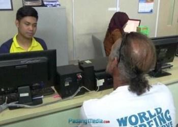 Petugas Imigrasi Kelas I Padang memeriksa Maris Fernandez, satu dari dua warga negara asing yang diduga menyalahi izin masuk ke Indonesia, Jumat (27/10). (dio)