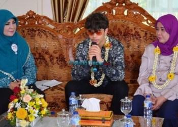Ketua P2TP2A Limpapeh Rumah Nan Gadang Hj. Nelvi Irwan Prayitno bersama Duta Anti Bully Internasional Harris. J saat jumpa pers Deklarasi Gerakan Anti Bully, Senin (6/11). (ist)