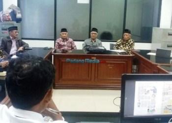 Bakor KAN Sumbar berdialog dengan wartawan usai menyerahkan pokok pikiran terkait Ranperda Nagari kepada Komisi I DPRD Sumbar, Senin (13/11). (feb)