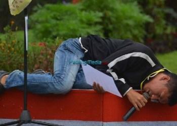 Salah seorang peserta lomba baca puisi tingkat nasional yang diadakan Pemko Padangpanjang sedang beraksi. (foto: humas)