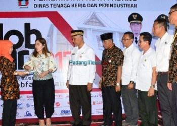 Walikota Padang, Mahyeldi Ansharullah saat membuka Job Fair 2017 di Padang. (der)