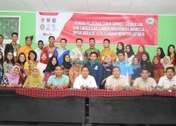 Peserta Jambore Pemuda Indonesia mempelajari tenun songket Silungkang di SKB setempat. (tumpak)