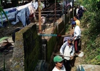 Terlihat warga setempat saat membersihkan saluran irigasi. (riki)