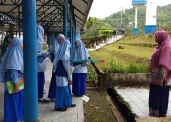 Para belajar SDIT Padangpanjang belajar luar kelas di Terminal Bukit Surungan. (Foto: humas)