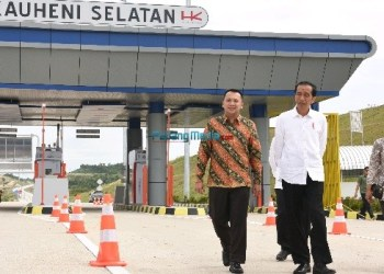 Presiden saat meninjau ruas Pelabuhan-Bakauheni sepanjang 8,9 km dan ruas Lematang-Kotabaru sepanjang 5,64 km, di Bakauheni, Lampung, Minggu (21/1).  (foto: humas)