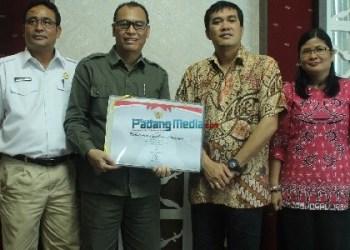 Bupati Mentawai Yudas Sabaggalet menerima penghargaan dari Kemenpan RB. (ers)