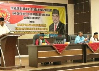 Anggota DPD RI Leonardy Harmainy saat rapat dengar pendapat di kantor bupati Solok. (zul)