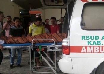 Jasad Julnadi saat dibawa dari RSUD Arosuka. (foto: FB Riki Yuherman)