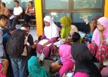 Puluhan masyarakat Mapattunggul Kab.Pasaman di kantor Dinas Capil untuk membuat KTP elektronik. (riki)